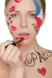 Mujer hermosa con maquillaje en el tema de París Foto de archivo