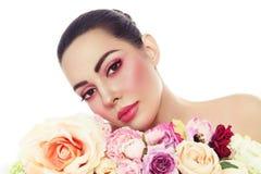 Mujer hermosa con maquillaje fresco y flores sobre blanco fotografía de archivo libre de regalías