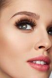 Mujer hermosa con maquillaje, piel suave y pestañas largas fotos de archivo