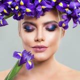 Mujer hermosa con maquillaje y Iris Flowers Imagen de archivo libre de regalías