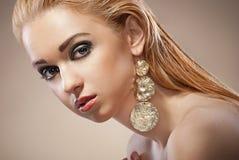 Mujer hermosa con maquillaje y joyería de la tarde Fotografía de archivo