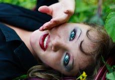 Mujer hermosa con maquillaje y la mano agraciada foto de archivo