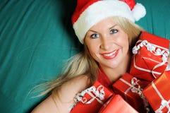 Mujer hermosa con muchos regalos rojos Imagen de archivo libre de regalías