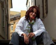 Mujer hermosa con Rose Fotos de archivo libres de regalías