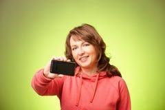 Mujer hermosa con smartphone foto de archivo