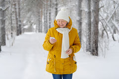 Mujer hermosa con smartphone a disposición que sonríe Imagen de archivo libre de regalías