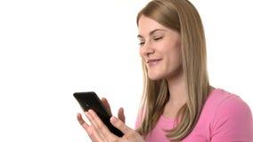 Mujer hermosa con smartphone Internet de la ojeada, comunicando con los amigos Fondo aislado metrajes