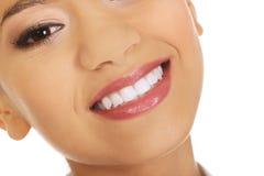 Mujer hermosa con sonrisa dentuda Foto de archivo libre de regalías