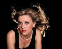 Mujer hermosa con soplar del pelo Imagen de archivo