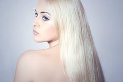 Mujer hermosa con sorprender a la muchacha de Hair.Blond Imagen de archivo