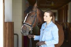 Mujer hermosa con su caballo del deporte Foto de archivo libre de regalías