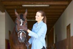 Mujer hermosa con su caballo del deporte Imagen de archivo libre de regalías