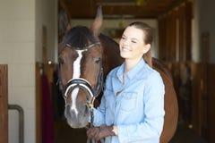 Mujer hermosa con su caballo del deporte Imagenes de archivo