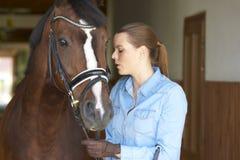 Mujer hermosa con su caballo del deporte Fotografía de archivo