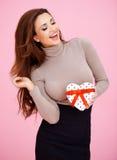 Mujer hermosa con su regalo de la tarjeta del día de San Valentín Imágenes de archivo libres de regalías