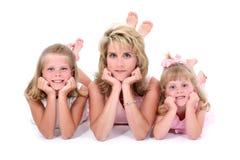 Mujer hermosa con sus hijas sobre blanco fotografía de archivo