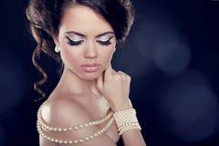 Mujer hermosa con un collar de la perla en los hombros descubiertos Foto de archivo
