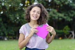 Mujer hermosa con un corazón Fotos de archivo libres de regalías