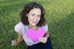 Mujer hermosa con un corazón Imagenes de archivo