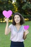 Mujer hermosa con un corazón Imagen de archivo