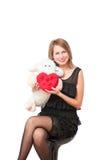 Mujer hermosa con un juguete de la felpa y el corazón Fotos de archivo
