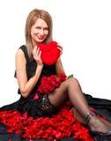 Mujer hermosa con un juguete de la felpa y el corazón Imagen de archivo libre de regalías