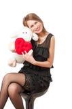 Mujer hermosa con un juguete de la felpa y el corazón Fotografía de archivo libre de regalías