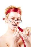 Mujer hermosa con un lápiz labial imagenes de archivo