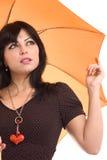 Mujer hermosa con un paraguas anaranjado Imagen de archivo