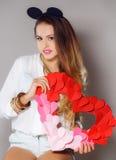 Mujer hermosa con un símbolo del día de tarjeta del día de San Valentín Foto de archivo libre de regalías