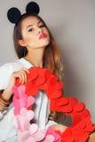 Mujer hermosa con un símbolo del día de tarjeta del día de San Valentín Imagen de archivo libre de regalías