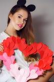 Mujer hermosa con un símbolo del día de tarjeta del día de San Valentín Fotografía de archivo