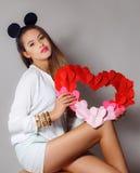 Mujer hermosa con un símbolo del día de tarjeta del día de San Valentín Imagen de archivo