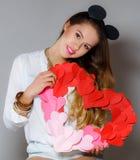 Mujer hermosa con un símbolo del día de tarjeta del día de San Valentín Imagenes de archivo