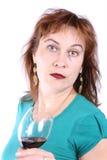 Mujer hermosa con un vidrio de vino rojo imagen de archivo