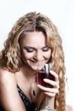 Mujer hermosa con un vidrio de vino rojo. fotos de archivo