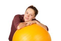 Mujer hermosa con una bola de los pilates Imagen de archivo libre de regalías