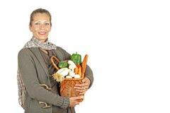 Mujer hermosa con una cesta llena de verduras Fotos de archivo libres de regalías