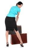 Mujer hermosa con una maleta vieja Fotografía de archivo