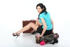 Mujer hermosa con una maleta vieja Foto de archivo libre de regalías
