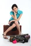 Mujer hermosa con una maleta vieja Fotografía de archivo libre de regalías