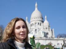 Mujer hermosa con una rosa antes de la basílica de Sacre-Coeur, Montmartre parís Imagen de archivo libre de regalías