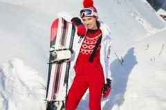 Mujer hermosa con una snowboard Concepto del deporte imagen de archivo libre de regalías