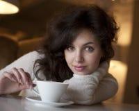 Mujer hermosa con una taza blanca Imágenes de archivo libres de regalías