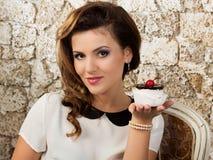 Mujer hermosa con una torta Fotos de archivo libres de regalías
