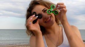 Mujer hermosa con vacaciones de acero del hilandero de la persona agitada en el mar almacen de video