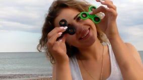 Mujer hermosa con vacaciones del hilandero de la persona agitada en el mar metrajes