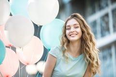 mujer hermosa con volar los globos multicolores Imagen de archivo libre de regalías