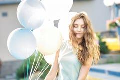 mujer hermosa con volar los globos multicolores Fotografía de archivo