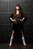 Mujer hermosa contra la pared con el modelo Imagen de archivo